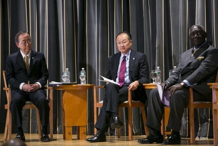 Le Secrétaire général de l'ONU, Ban Ki-moon,  le Président de la Banque mondiale, Dr Jim Yong Kim, et l'ancien Président du Ghana et Président de SWA, John Kufuor, lors de la Réunion de Haut Niveau de SWA.  © SWA